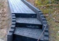 jeunes-au-travail-escalier-sentier-pavage